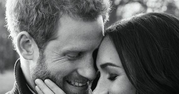 """Pałac Kensington opublikował oficjalne zaręczynowe zdjęcia księcia Harry'ego i jego narzeczonej Meghan Markle. Początkowo pojawiły się dwie fotografie. Później jednak, w """"wyrazie wdzięczności"""", Pałac pokazał jeszcze jedno zdjęcie."""