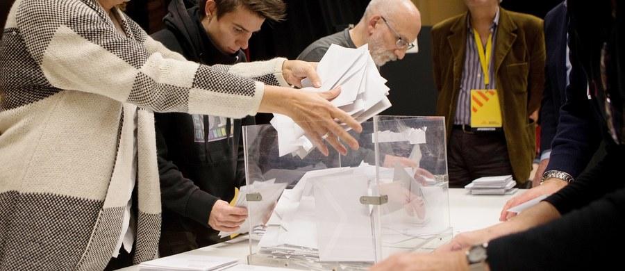 Partie proniepodległościowe, opowiadające się za secesją Katalonii od Królestwa Hiszpanii, zdobyły łącznie ponad połowę mandatów w 135-osobowym parlamencie tego regionu - wynika z sondażu opublikowanego po zakończeniu czwartkowych wyborów.