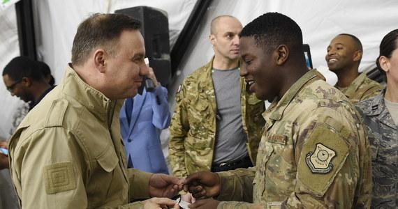 """Przyjaźń sojuszników jest ważna, gdy nie można spędzić świąt z rodziną - powiedział prezydent Andrzej Duda, który w czwartek odwiedził żołnierzy polskiego kontyngentu w Kuwejcie. """"Jesteście razem, polscy żołnierze, żołnierze ze Stanów Zjednoczonych z Włoch; sojusznicy, alianci, przyjaciele. Jakże ważna jest ta przyjaźń w sytuacji, gdy nie można tego wigilijnego, bożonarodzeniowego czasu spędzić razem z najbliższymi, z rodziną"""" - mówił prezydent na przedświątecznym spotkaniu w bazie Al-Dżaber, gdzie stacjonuje polski kontyngent operacji Inherent Resolve."""