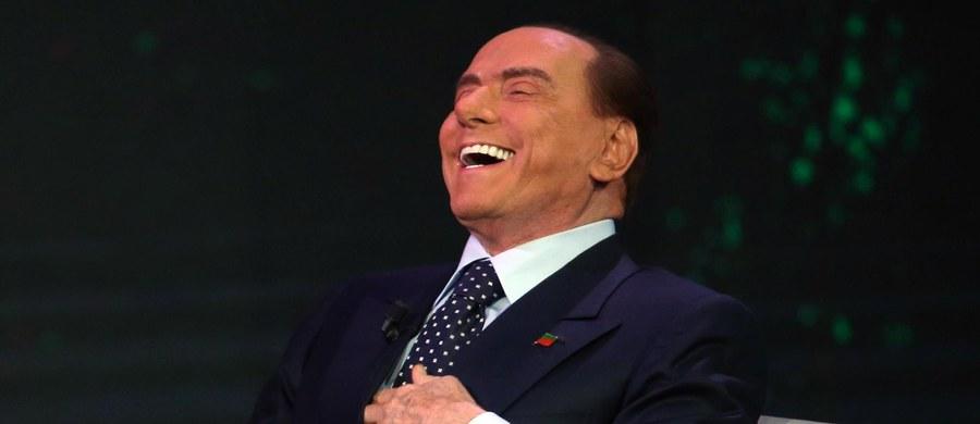Były premier Włoch Silvio Berlusconi zaproszony do stacji radiowej odczytywał odpowiedzi na pytania z kartki. Nie wiedział, że w studiu jest kamera, która wszystko transmituje. W komentarzach podkreśla się, że za jego czasów radio było radiem, bez obrazu.