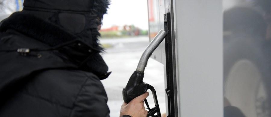 Tegoroczne wyjazdy samochodem na święta będą tańsze niż poprzednie. Benzyna 95 i olej napędowy kosztują teraz średnio o 10 groszy mniej niż przed rokiem. Autogaz jest tańszy o 14 groszy. Choć jest taniej, to i tak jest drogo - co widać na stacjach benzynowych.
