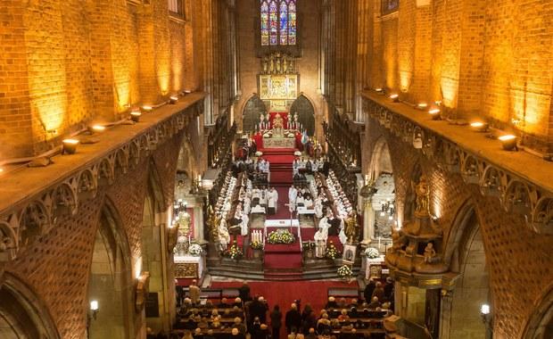 """Wigilia w tym roku wypada w niedzielę, kiedy katolicy mają obowiązek uczestniczyć w Mszy świętej. W polskich kościołach tego dnia o północy jest sprawowana tradycyjna """"pasterka"""". Czy  wystarczy iść na Mszę Świętą o północy, żeby spełnić niedzielny obowiązek?"""