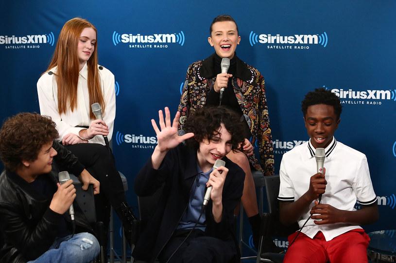"""Serial """"Stranger Things"""" w Stanach Zjednoczonych bije rekordy popularności. Nic więc dziwnego, że młodzi aktorzy stanęli przed szansą zrobienia spektakularnej kariery w Hollywood. Jednak nie tylko branża filmowa kusi nastoletnie gwiazdy. Również świat muzyki otwiera przed nimi swoje możliwości."""
