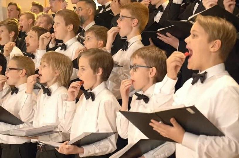 Co stanie się, gdy członkowie chłopięcego chóru w trakcie wykonywania jednej z kolęd, zjedzą bardzo ostrą papryczkę? Postanowił to sprawdzić duński twórca w swoim filmiku, który podbija sieć.