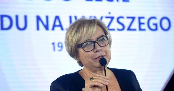 """Dla burzycieli demokratycznego państwa prawnego, jakim jest w konstytucji Rzeczpospolita Polska, nie ma żadnego usprawiedliwienia ani prawnego, ani moralnego - oświadczyła I prezes Sądu Najwyższego Małgorzata Gersdorf odnosząc się m.in. do podpisanej przez prezydenta ustawy o SN. """"Ostrzegam przed łamaniem umowy społecznej, jaką jest konstytucja. Jest to ścieżka nad przepaścią, w którą może spaść cały Naród"""" - napisała Gersdorf w liście otwartym przekazanym PAP w związku z podpisaniem przez prezydenta ustaw reformujących sądownictwo."""