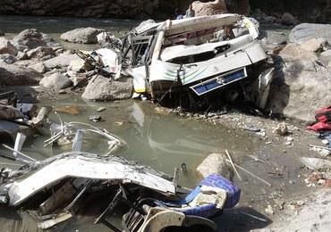 Indie: Autokar runął z mostu do rzeki. Co najmniej 32 osoby zginęły