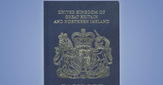 Brytyjczycy powrócą po Brexicie do tradycyjnych, granatowych paszportów. Takie zapewnienie złożyło ministerstwo spraw wewnętrznych. Dokumenty będą wydawane od października 2019 roku, z zabezpieczeniami biometrycznymi, które - jak podkreśla resort - uczynią brytyjskiej paszporty najbezpieczniejszymi na świecie.
