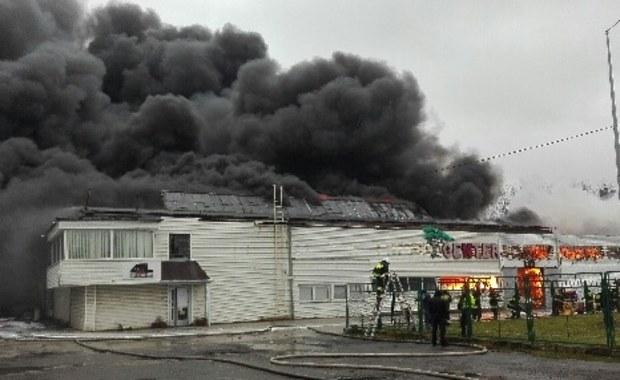 """""""Pożar hali magazynowej w Radomiu został opanowany, trwa dogaszanie zniszczonego obiektu; nie ma osób poszkodowanych, na miejscu jest 220 strażaków i 57 samochodów straży pożarnej"""" - przekazał rzecznik mazowieckiej PSP mł. bryg. Karol Kierzkowski."""