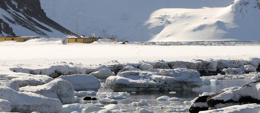 Katharsis II z kapitanem Mariuszem Koprem i jego ośmioosobową polską załogą wyruszył w sobotę z Kapsztadu w RPA, planując okrążenie non-stop najzimniejszego kontynentu Ziemi jak najbliżej jego brzegów. Jak dotąd żaden jacht żaglowy nie opłynął całej Antarktydy taką trasą. Najkrótszy, oficjalnie odnotowany czas okrążenia Antarktydy, ale dalej od kontynentu, w pasie między 45 a 60 stopniem szerokości geograficznej południowej, to 102 dni. Polacy chcą żeglować bliżej i poprawić rekord.