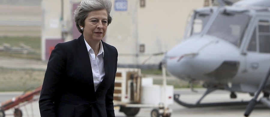 """Dwa uzbrojone w pociski powietrze-powietrze myśliwce Typhoon przechwyciły samolot Theresy May. W ramach treningu Królewskie Siły Powietrzne zaprezentowały szefowej rządu swoje uzbrojenie, a piloci pokazali swoje możliwości. """"Byłam świadkiem niezwykłych umiejętności pilotów RAF"""" - skomentowała premier."""