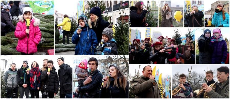 """Głosowanie było bardzo zacięte, ale nareszcie znamy wyniki finału świątecznego karaoke! Zwycięzcami zostali uczniowie Zespołu Szkół nr 1 w Kraśniku, którzy w Lubinie wykonali kolędę """"Przybieżeli do Betlejem"""" i to właśnie ta kolęda rozpocznie wyjątkowy koncert kolęd i pastorałek na antenie RMF FM! Wszystkie wykonania zostały nagrane podczas naszego bożonarodzeniowego karaoke, które towarzyszyło naszej akcji Choinki pod Choinkę od RMF FM. W minionych 12 dniach odwiedziliśmy 12 miast w całym kraju i rozdaliśmy w nich w sumie 12 tysięcy zielonych, pachnących drzewek. Zobaczcie wszystkie finałowe wykonania!"""