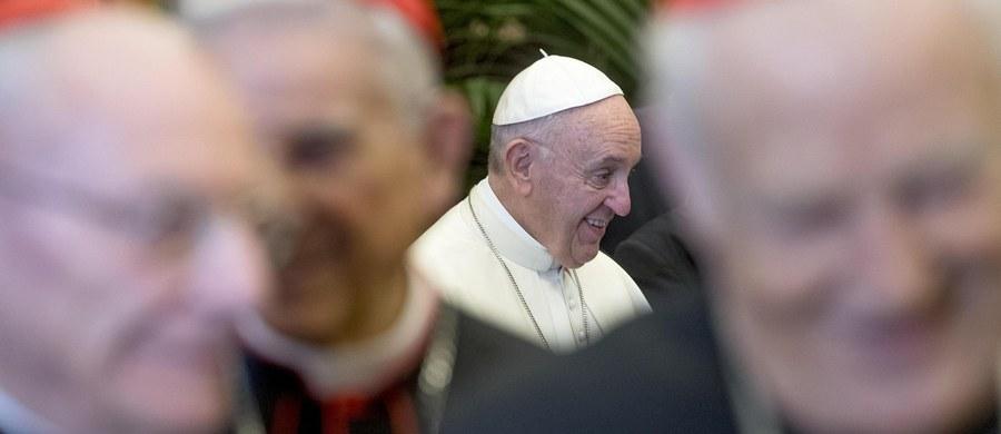 """W dwóch zamieszczonych na Twitterze wpisach papież Franciszek przypomniał, jakie jest prawdziwe znaczenie Bożego Narodzenia. Podkreślił m.in., że """"prawdziwy duch Bożego Narodzenia to piękno bycia kochanym przez Boga""""."""
