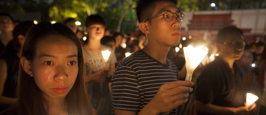 Z odtajnionego niedawno dokumentu brytyjskiej dyplomacji wynika, że co najmniej 10 tys. osób straciło życie w masakrze na pekińskim placu Tiananmen w czerwcu 1989 roku; dotąd jako liczbę śmiertelnych ofiar podawano od 200 do 2,7 tys. - informuje agencja EFE.