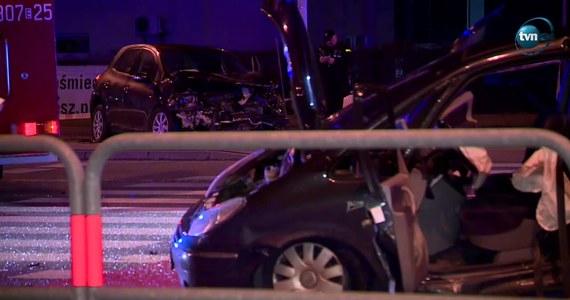 Tragiczny wypadek w Łodzi. Tuż przed północą na skrzyżowaniu ul. Pryncypalnej z al. Bartoszewskiego - to tzw. trasa Górna - zderzyły się dwa auta osobowe. Zginęły trzy osoby, a siedem zostało rannych.