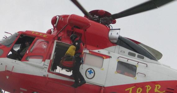 Kolejna akcja ratowników Tatrzańskiego Ochotniczego Pogotowia Ratunkowego. Tym razem TOPR-owski śmigłowiec poleciał z pomocą w rejon przełęczy Zawrat. Od wczoraj ratownicy byli wzywani już sześć razy do wypadków w Tatrach.