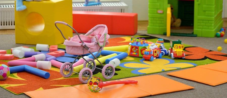 Spacerówka dla lalek, która mogła połamać ręce, lalka z niebezpiecznymi ftalanami, grzechotka, z której wypadały części ruchome - to przykłady zabawek, jakie zakwestionowali kontrolerzy Inspekcji Handlowej. Warto się przyjrzeć prezentom, jakimi zostały obdarowane nasze pociechy.