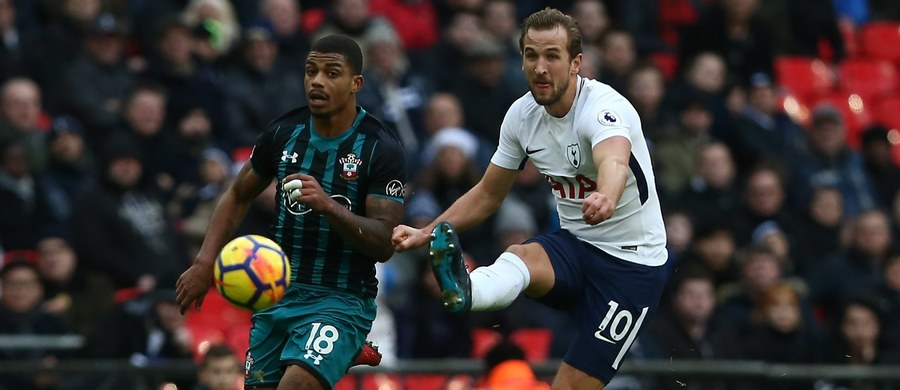 Harry Kane z Tottenhamu Hotspur został najlepszym strzelcem 2017 roku w Europie. We wtorek zdobył trzy bramki w meczu ligowym z Southampton (5:2), poprawiając swój dorobek do 56 trafień. Trzecie miejsce w rocznym zestawieniu zajął Robert Lewandowski - 53 gole.