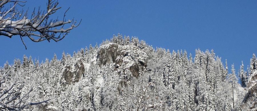 Niebezpiecznie warunki w Tatrach. Miękki po odwilży śnieg zamienił się w tak zwany beton. To oznacza, że szlaki i stoki pokryte są warstwą lodu - ostrzegają ratownicy TOPR-u.