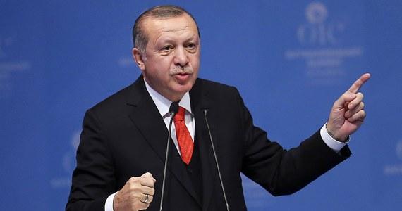 Turecka policja zatrzymała 54 pracowników Uniwersytetu Fatih w Stambule. Uczelnia została zlikwidowana przez władze rok temu po udaremnieniu zamachu wojskowego. Policja ma nakazy aresztowania dla łącznie 171 wykładowców i innych pracowników uniwersytetu.