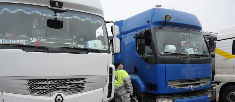 """""""Nowy pakiet mobilności zagrozi wielu polskim firmom transportowym"""" - alarmuje Związek Pracodawców Transport i Logistyka. Przewoźnicy sprzeciwiają się przygotowywanym nowym unijnym przepisom, które regulują pracę kierowców w transporcie międzynarodowym. Po nowym roku zajmie się nimi Parlament Europejski."""