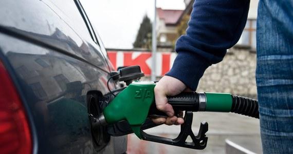 Policja w Lublinie wyjaśnia okoliczności wybuchu, który spowodował 19-letni kierowca na jednej ze stacji paliw w tym mieście. Mężczyzna przy pomocy odkurzacza usiłował wypompować benzynę, którą omyłkowo zatankował do swojego auta.