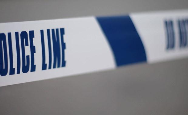 Czterech nastolatków z Ohio zostało oskarżonych o zabójstwo po tym, jak zrzucili z wiaduktu worek z piaskiem na jadące drogą samochody. Worek wpadł przez szybę do jednego z aut, poważnie raniąc pasażera. Mężczyzna zmarł w szpitalu.