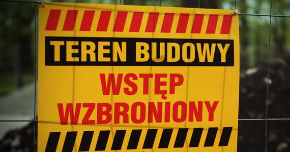 Na placu budowy hali centrum handlowego przy ul. Łopuszańskiej w Warszawie zginął jeden z  robotników. Do tragedii doszło, gdy na trzech pracujących w hali robotników zawalił się strop.