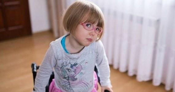 """Rodzice 3-letniej Laury Kurowskiej z Krakowa zbierają pieniądze na operację rizotomii selektywnej. To jedyna szansa, by ich córka mogła samodzielnie chodzić. Jedynym wyjściem jest operacja w Stanach Zjednoczonych, ponieważ w Polsce dziewczynka nie otrzymała kwalifikacji do jej przeprowadzenia. Na operację potrzeba jednak jeszcze 140 tys. złotych. zł. """"Z całych sił pragnę dać Laurze szansę na normalne życie. Proszę, pomóżcie mi zawalczyć o jej zdrowie"""" - apeluje matka dziewczynki na stronie Się Pomaga."""