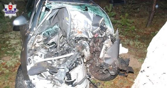 Policja bada okoliczności tragicznego wypadku w miejscowości Nadzieja na Lubelszczyźnie. Auto osobowe wypadło tam z drogi i uderzyło w drzewo. 18-letniego kierowcy nie udało się uratować.