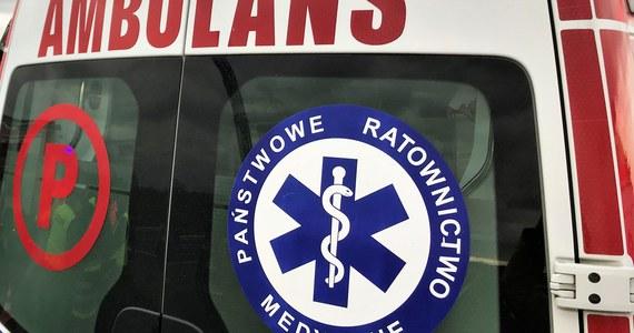 Zderzenie autobusu komunikacji miejskiej z samochodem osobowym w Warszawie. Dwie osoby są poszkodowane.