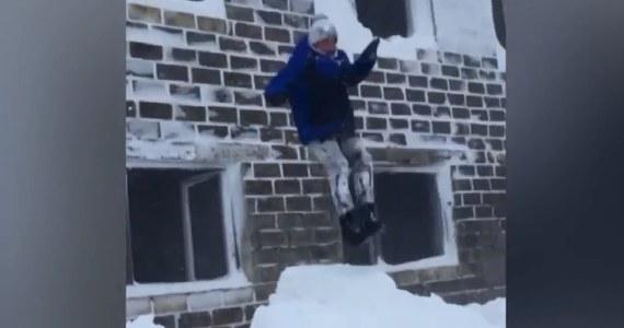 Mieszkańcy miasta Ciołkowski na rosyjskiej wyspie Sachalin na Pacyfiku idą coraz dalej w eksperymentach z wyczynowym wykorzystaniem śnieżnych zasp. Po skokach z dachów samochodu i z balkonu na pierwszym piętrze, sachalińscy śmiałkowie ćwiczą lądowanie w zaspach skacząc z okien na trzecim piętrze miejscowego pustostanu.
