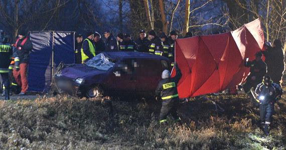 Policja potwierdza: w samochodzie wyłowionym z Wisłoka w Tryńczy na Podkarpaciu były ciała trzech zaginionych w czasie świąt nastolatek i dwóch młodych mężczyzn. Dziewczęta zaginęły w Boże Narodzenie. Miały się spotkać z dwoma kolegami. Ostatni raz widziano je, jak wsiadały do fioletowego tico - takiego, jaki wyłowiono z rzeki.
