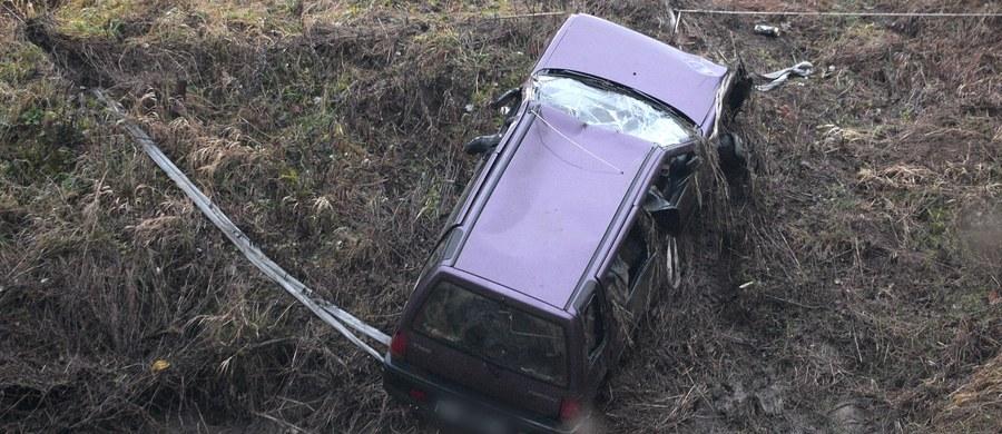 Sekcje zwłok pięciu młodych osób, których ciała odkryto w piątek w samochodzie wyłowionym z Wisłoka w Tryńczy na Podkarpaciu, mają pomóc w odpowiedzi na pytanie, dlaczego doszło do tragedii. To trzy poszukiwane od świąt nastolatki i dwaj młodzi mężczyźni. Okoliczni mieszkańcy są wstrząśnięci tą tragedią - od wczoraj przychodzą na miejsce, gdzie auto wpadło do rzeki.