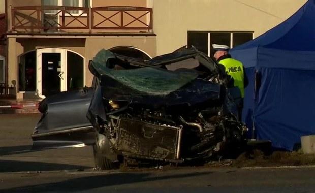 Trzy osoby zginęły w wypadku, do jakiego doszło dziś rano na drodze krajowej numer 10 w miejscowości Skępe w powiecie lipnowskim (woj. kujawsko-pomorskie). W wyniku dachowania samochodu, które wcześniej prawdopodobnie wpadło w poślizg, zginęli: kobieta i dwoje dzieci.