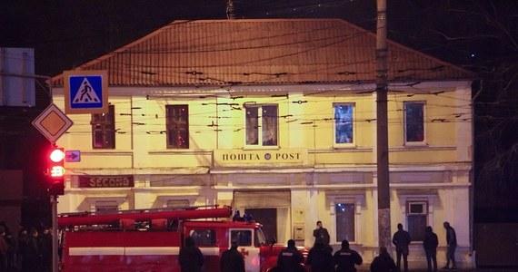 Mężczyzna, który twierdził, że ma na sobie ładunki wybuchowe, wziął 11 zakładników w urzędzie pocztowym w Charkowie na wschodzie Ukrainy. Wśród zakładników było dwoje dzieci. Po kilku godzinach prezydent Ukrainy Petro Poroszenko poinformował na Twitterze, że zakładnicy zostali uwolnieni.