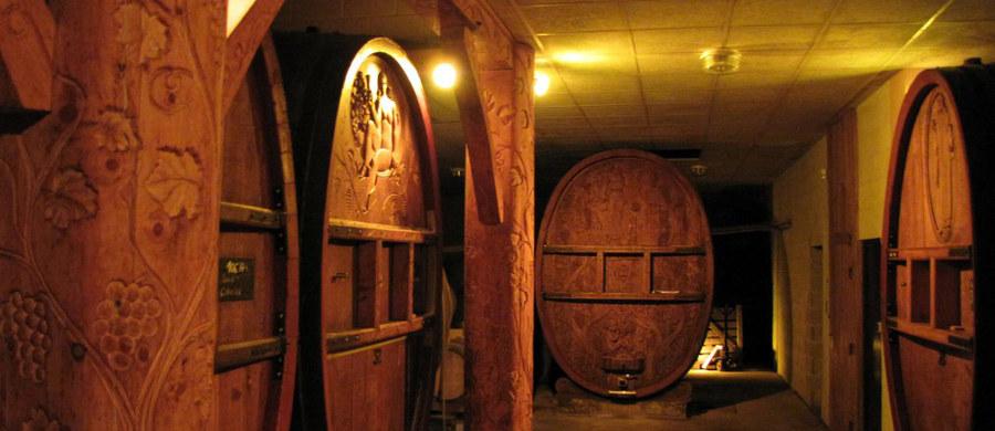 """Szampan stał się na całym świecie symbolem Sylwestra! O północy na różnych kontynentach odkorkowane zostaną miliony butelek tego szlachetnego trunku kontynentach. Z prawnego punktu widzenia """"szampanem"""" nazywać można oficjalnie tylko musujące wina pochodzące z historycznego regionu Szampanii we Francji. Pojechał tam specjalny wysłannik RMF FM Marek Gładysz, by poznać tajemnice produkcji tego """"noworocznego nektaru""""."""