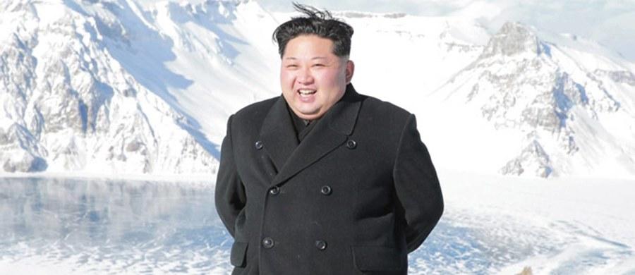 Korea Południowa zajęła kolejny tankowiec pływający pod zagraniczną banderą w związku z podejrzeniem, że dokonał nielegalnego przeładunku produktów ropopochodnych na statek należący do Korei Północnej - poinformowała w niedzielę południowokoreańska agencja Yonhap. Tankowiec KOTI od 21 grudnia cumuje w porcie między miastami Pjongtek i Dangdzin na zachodzie kraju. Według firmy VesselFinder umożliwiającej śledzenie tras statków KOTI zawinął tam już dwa dni wcześniej.