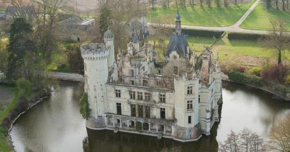 Bajkowo piękny francuski zamek La Mothe-Chandeniers z XIII wieku, otoczony potężną fosą, zostanie uratowany od całkowitej ruiny dzięki akcji crowdfundingowej. To pierwsza tego typu akcja - twierdzą organizatorzy, którym udało się zebrać 1,6 mln euro.