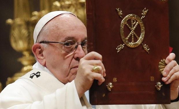 """Papież Franciszek powiedział podczas mszy w Watykanie, że należy przyjmować i kochać każde życie, także to """"starcze, cierpiące i chore"""", """"niewygodne, a nawet odrażające"""". Mówił też, że dar każdej matki i kobiety jest dla Kościoła bardzo cenny."""