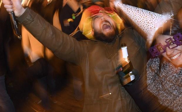"""Pewien Norweg zapewne łapie się za głowę i to nie tylko z powodu kaca. Pijany wrócił do domu po zabawie sylwestrowej taksówką. Problem w tym, że Nowy Rok witał w Kopenhadze, a kurs zamówił do Oslo. Taksometr wskazał należność w przeliczeniu na ponad 7 tysięcy złotych. O konieczności uregulowania rachunku przypomniała mu rano policja – pisze norweska gazeta """"VG""""."""