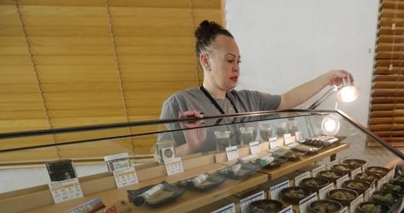 Amerykanie w wielu stanach wraz z 2018 rokiem powitali wejście w życie setek nowych - stanowych i lokalnych - regulacji. Nowe przepisy dotyczą różnych aspektów życia, w tym legalności marihuany, a także imigracji, zatrudnienia, a nawet rozwodów. Najwięcej uwagi amerykańskie media i eksperci prawni poświęcają zalegalizowania w Kalifornii używania marihuany w celach rekreacyjnych przez osoby, które ukończyły 21 lat.