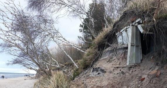 To niebywała gratka dla miłośników historii. Bałtyk odsłonił ukryte do tej pory w wydmie bunkry. Umocnienia pochodzą z czasów zimnej wojny.