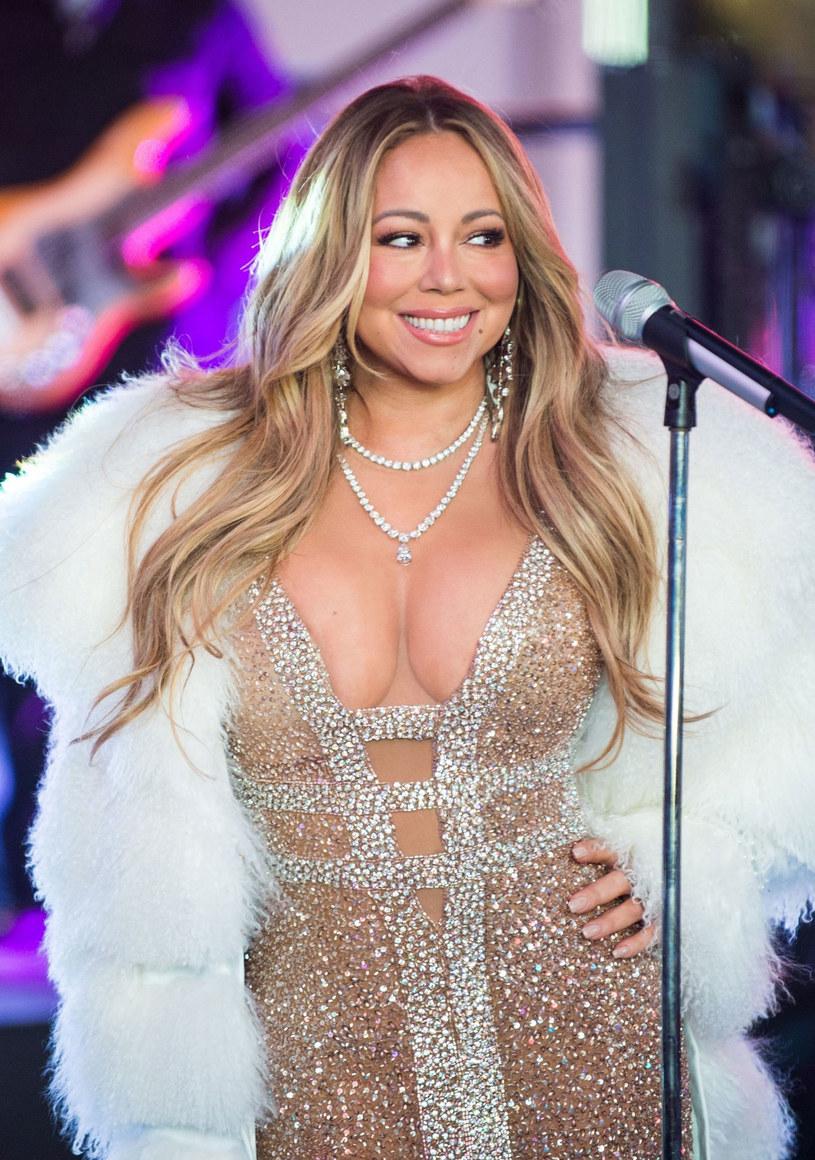 Mariah Carey znów została bohaterką imprezy sylwestrowej w Nowym Jorku. Tym razem internautów rozbawiła jej prośba o gorącą herbatę.