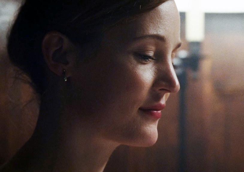"""Vicky Krieps urodziła się w Luksemburgu i od jakiegoś czasu pojawiała się w różnych europejskich produkcjach filmowych, powoli budując swoją pozycję w świecie kina na Starym Kontynencie. Z wielkim zdziwieniem przyjęła więc informację, że jeden z najbardziej uznanych twórców filmowych - Paul Thomas Anderson wybrał ją do głównej roli w swoim nowym filmie - """"Nić widmo"""", w którym wystąpiła u boku Daniela Day-Lewisa."""