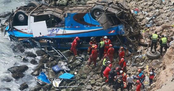 Co najmniej 25 osób zginęło w wypadku autokaru, który spadł z klifu w okolicach miejscowości Pasamayo w zachodnim Peru. Pojazdem podróżowało ok. 50 osób. Na miejsce wysłano helikopter ratunkowy.