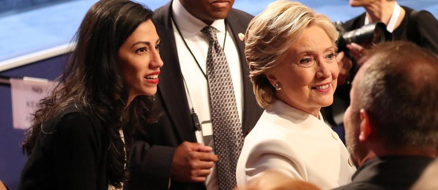 Organizacja Judicial Watch ujawniła, że długoletnia doradczyni i współpracownica Hillary Clinton, Huma Abedin, przesyłała wrażliwe dane z Departamentu Stanu, w tym hasła do systemów rządowych, na prywatne konto e-mailowe znajdujące się na serwerze firmy Yahoo.
