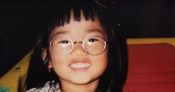 Pewna para z Chin została zmuszona do oddania swojej córeczki w ramach restrykcyjnej polityki posiadania jednego dziecka. Dziewczynka została adoptowana przez małżeństwo ze Stanów Zjednoczonych. Po 22 latach Kati mogła poznać swoich biologicznych rodziców. Moment ten zarejestrowała kamera telewizji BBC, która przygotowała na ten temat reportaż.