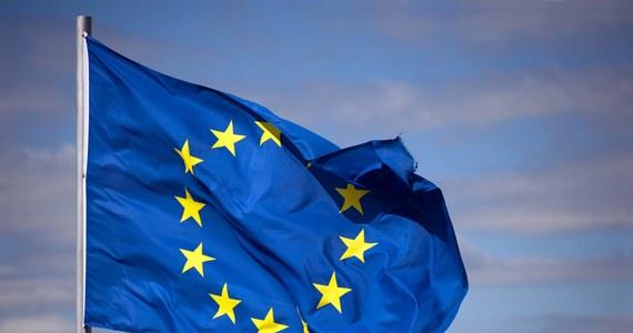 """""""W sprawie Polski UE jest przyparta do muru, gdyż nie ma wystarczających środków, by zmusić kraj członkowski do przestrzegania wartości, na których się opiera"""" – zauważa w artykule brukselska korespondentka """"Le Monde"""" Cecile Ducourtieux."""