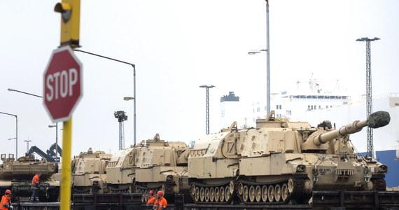 """NATO wzmacnia obecność na wschodniej flance, ale problemy biurokratyczne i logistyczne, na jakie napotyka, są ogromne. Postępy wojsk lub transport sprzętu mogą blokować przepisy, jak i drogi lub mosty nieprzystosowane do przejazdu czołgów - informuje w środę """"Financial Times"""". Ciężki amerykański sprzęt wojskowy wędruje na wschód Europy nie tylko po to, by zamanifestować wobec Rosji potęgę i determinację Sojuszu, ale też po to, by """"sprawdzić, czy przyziemna kwestia logistyki nie mogłaby zablokować odpowiedzi NATO na jakąś prowokację"""" - pisze brytyjski dziennik."""