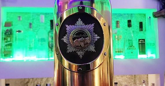 Policja w Kopenhadze prowadzi śledztwo w sprawie kradzieży najdroższej butelki wódki na świecie. Jak informują media, butelka Russo-Baltique wyceniana jest na 1,3 mln dolarów, czyli 4,5 mln zł.
